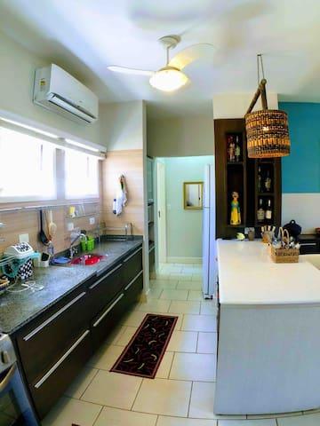 Cozinha americana completa com todos os utensílios necessários.
