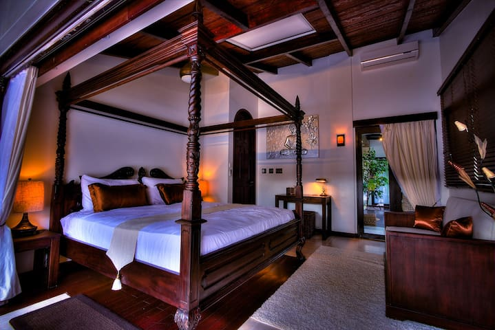 Beach Suite - king size canopy bed, sofa, writing desk (air-conditioned)