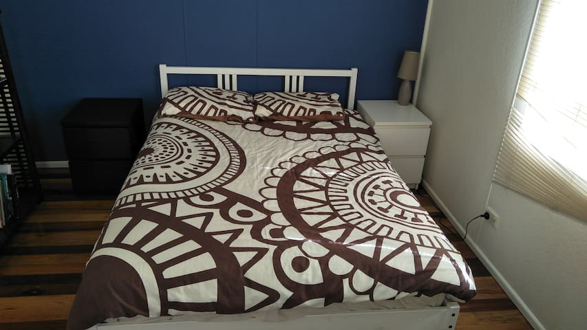 Clean comfortable room in friendly home near CBD