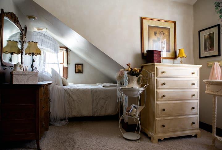 Old World Charm w/ Modern Amenities: The Boudoir 2