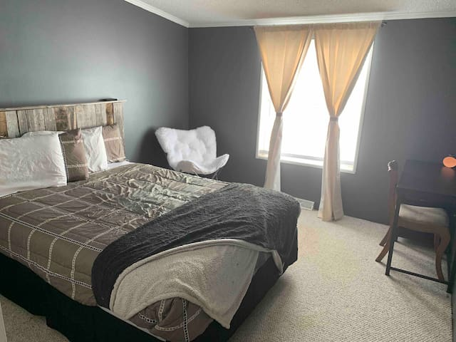 Grey Room on Ranch just minutes from Gillette