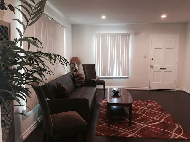 Center of the Valley One Bedroom - Los Angeles - Apartament