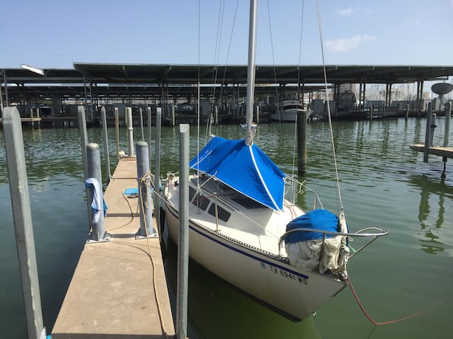 Small cozy sailboat at yacht basin - Galveston - Tekne