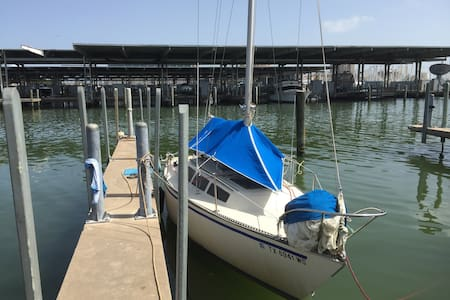 Small cozy sailboat at yacht basin - Galveston - Bateau
