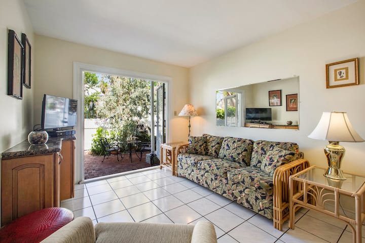 CONCH ADVENTURE Cozy, Relaxing Patio, Walk to Duval Street, Shared Pool