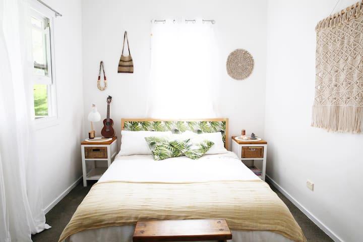 Master bedroom (1 x queen)