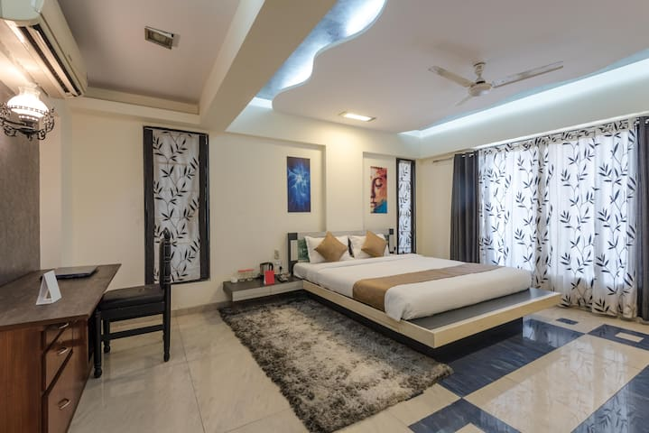 Private room in 4BHK apt nr Metro stn, Andheri (E)