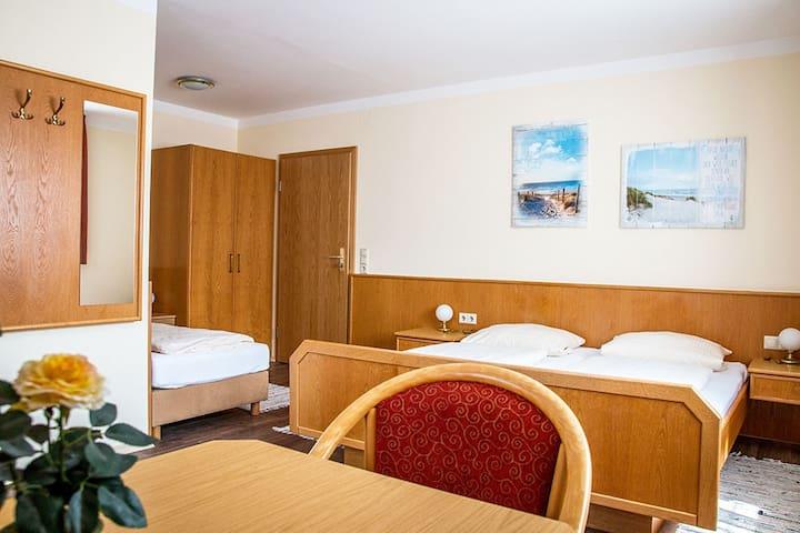 """Gasthof """"Zum Ochsen"""" (Waldstetten), Dreibettzimmer komfortabel ausgestattet, in ruhiger Lage"""