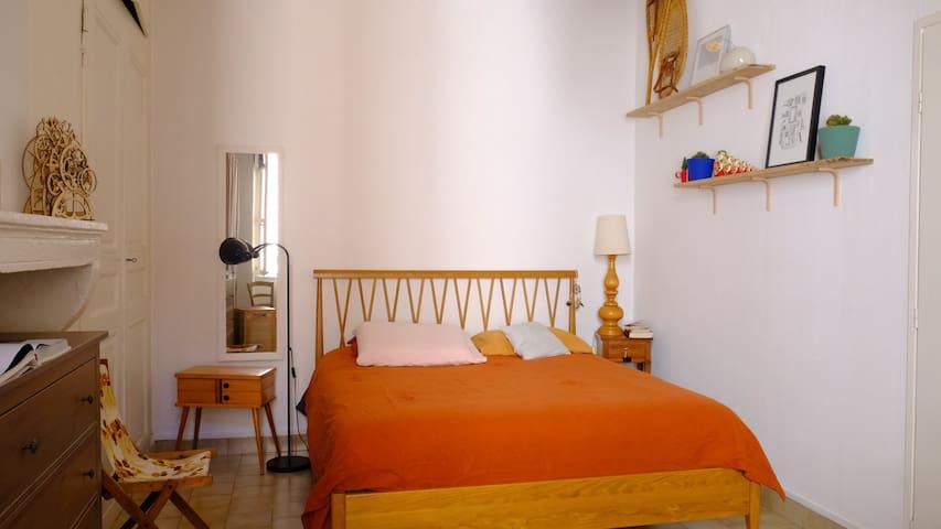 Votre chambre, spacieuse et lumineuse, literie queen size