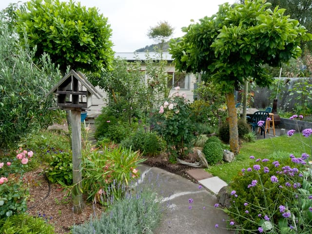 Self-contained guesthouse in charming garden - Christchurch