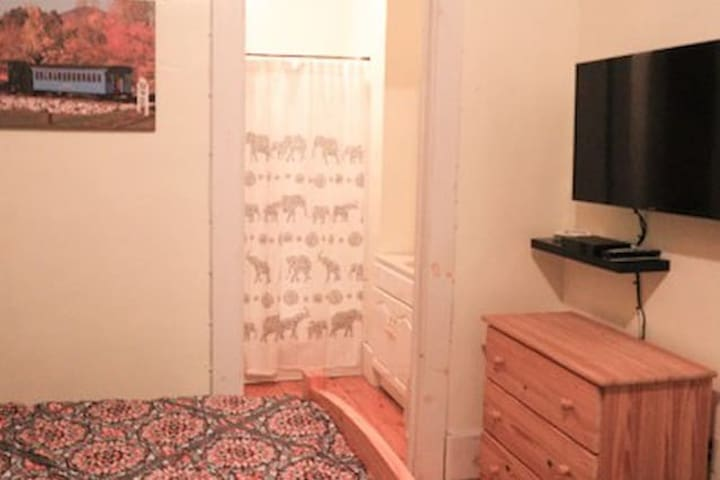 2A Allegory Inn (queen bed & bath)