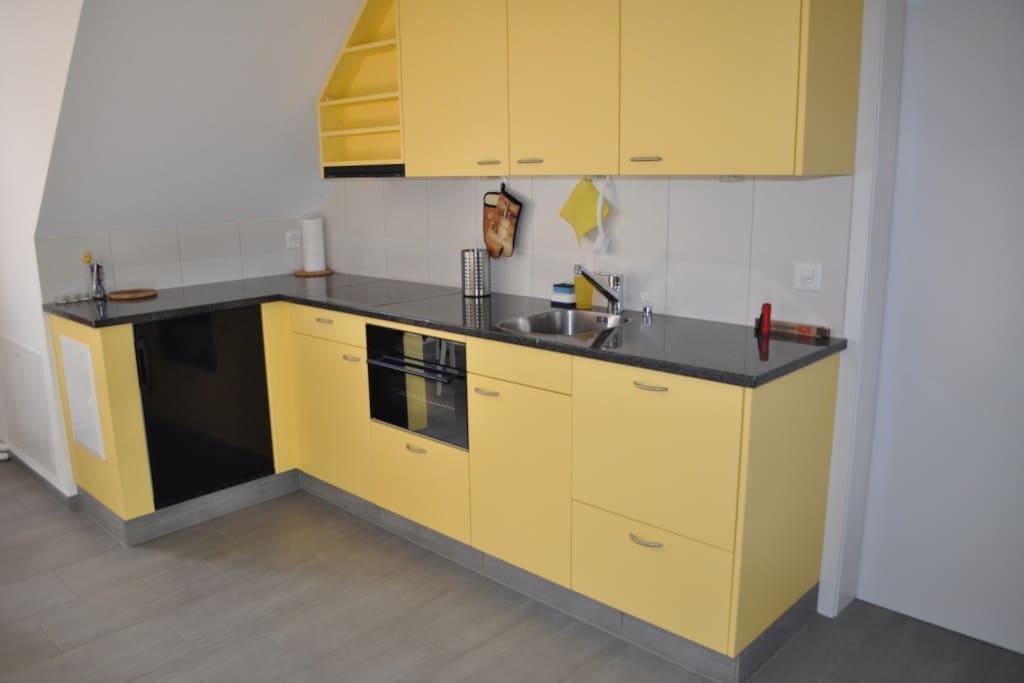 Küche mit Backofen und Abwaschmaschine