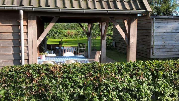 Vrijstaand gastenverblijf met grote veranda