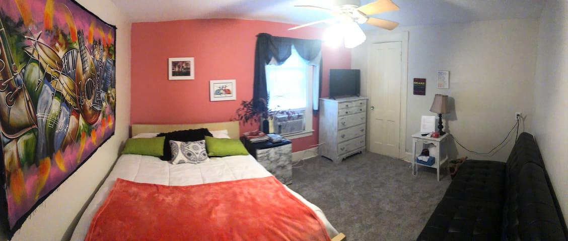 Cozy stay near HWS Room 2