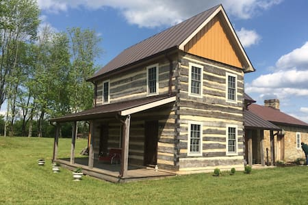 Commonwealth Park Log Home - Mitchells - Cabane