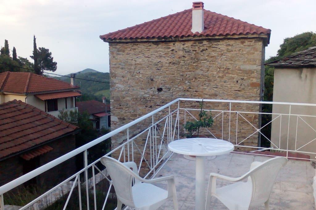 Το μπαλκόνι του άλλου ορόφου με θέα μέρος του χωριού αλλά το πιο σημαντικό το πανέμορφο Αιγαίο