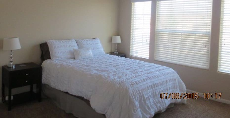 East Tulare guest room. - Tulare - House