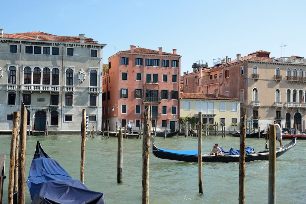 charming apartment over grand canal rialto bridge apartments for rent in venice veneto italy. Black Bedroom Furniture Sets. Home Design Ideas
