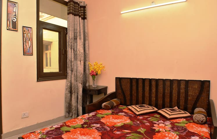 Private & Secure Comfortable AC Room at Gr Noida - Noida - Lakás