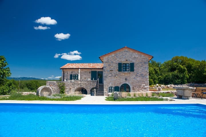 House for 6+2 pers with pool in Malinska R76177