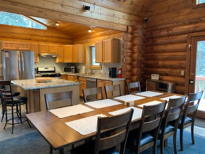 Chill Bear Luxury Lodge- Eagle River, Alaska
