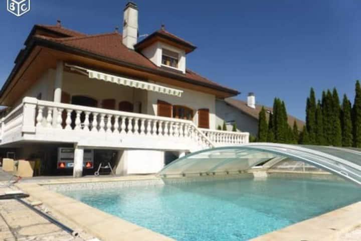 Maison SUBLIME avec piscine privée à 4km d'Annecy.