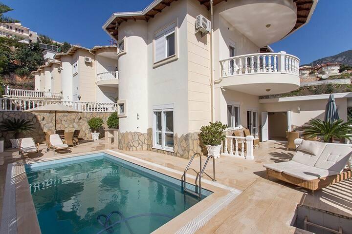 Luksusvilla med swimmingpool i Alanya!