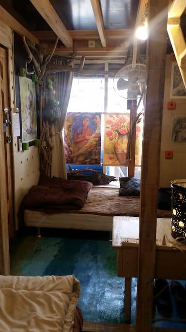 お部屋には シングルベットが3台、ロフトにシングルのベッドマッドレスがあります。