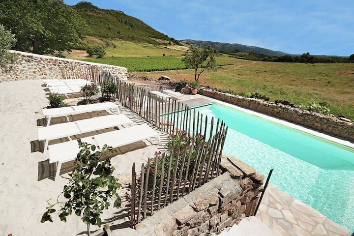 Luxurious air-conditioned wine farm with 5 guest houses and heated pool