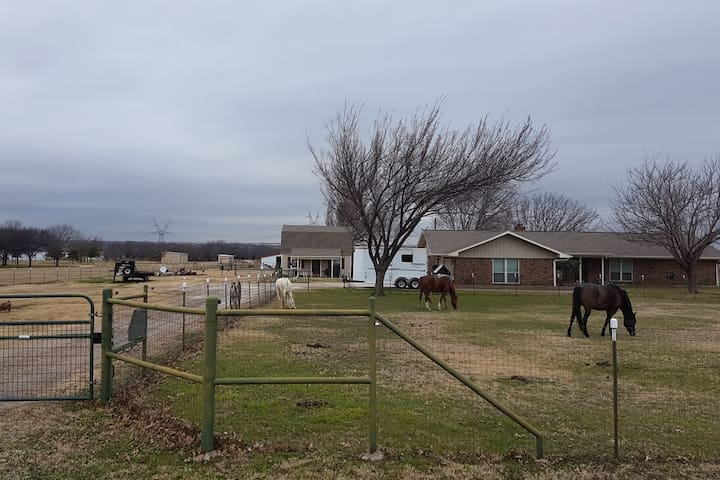 Windy Mane Ranch, Bunkhouse, and Horse Hotel