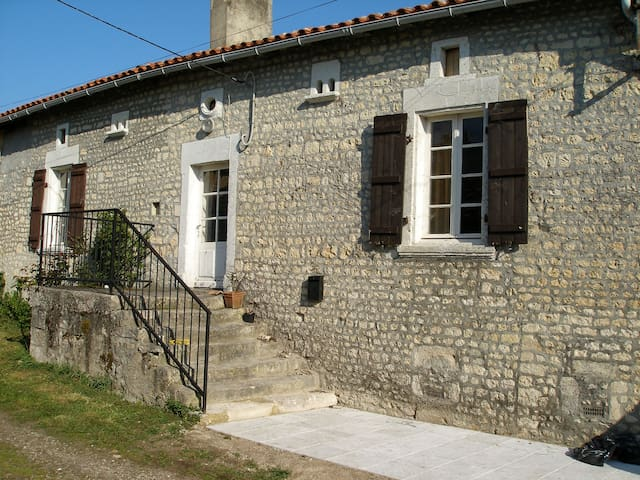 Beautiful period cottage: Chalais, Barbezieux,