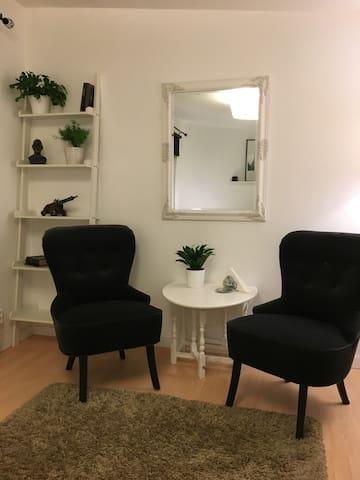 Rum för 1-2 pers i liten stuga nära till centrum