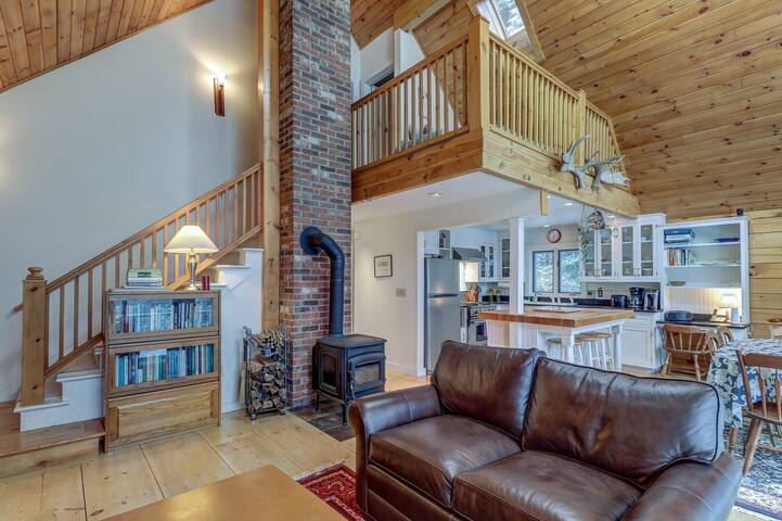NEW LISTING! Serene luxury cabin with  wood stove & deck!