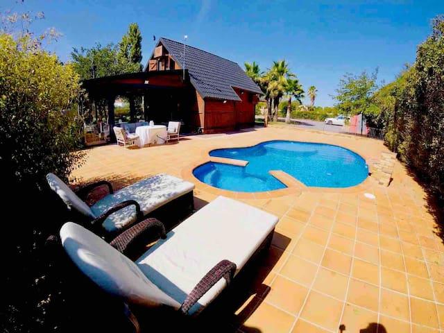 Casa de madera  con piscina privada y porche