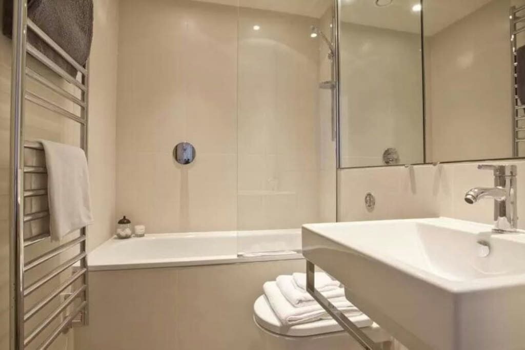 SHARE BATHROOM /WITH EVERYTHING ALWAYS PERFECT CLEAN