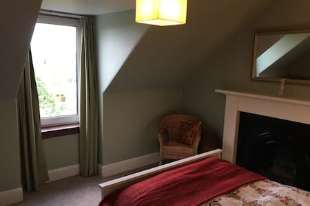 Double room in townhouse close to city centre - Townhouse