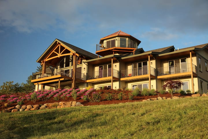 Wine Country Bed and Breakfast ( Kiwanda Luxury King Suite w/ Private Hot Tub)