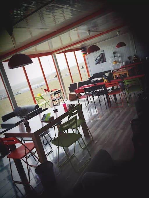 客栈提供公共休息大厅,提供餐饮以及各类酒水饮品。