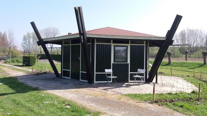 """Luxe Trekkershut """"Kapuinhoek"""" te Hoedekenskerke"""