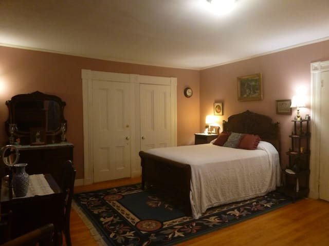The Smith Room features a queen-size bed and a bay window. It has a walk-in closet and a hallway that connects to the Cragin Room next door. For friends traveling together who wish it, this hall can be opened up to make the two rooms accessible.