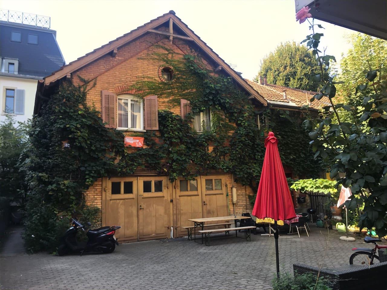Das Haus von aussen, im Sommer Grill und Tischtennis möglich.
