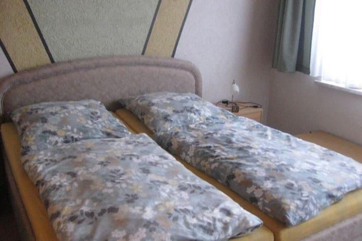 Schlafzimmer mit großem Doppelbett, Kleiderschrank, Safe und optional einem Babybett