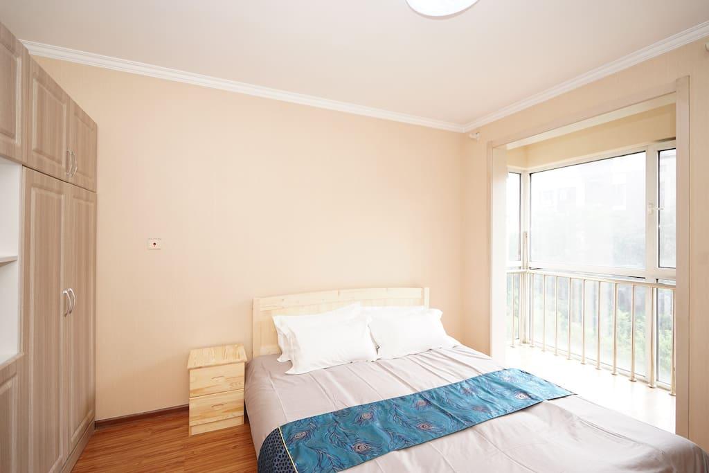 主卧:1.8米双人大床,衣柜