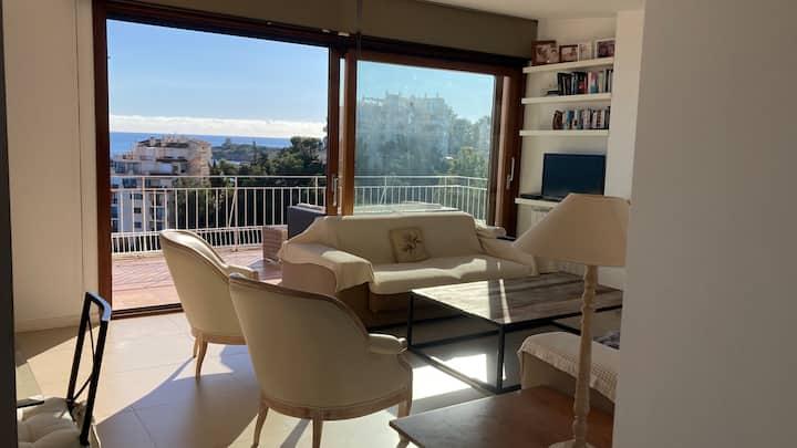 Impresionante apartamento con un balcón al mar