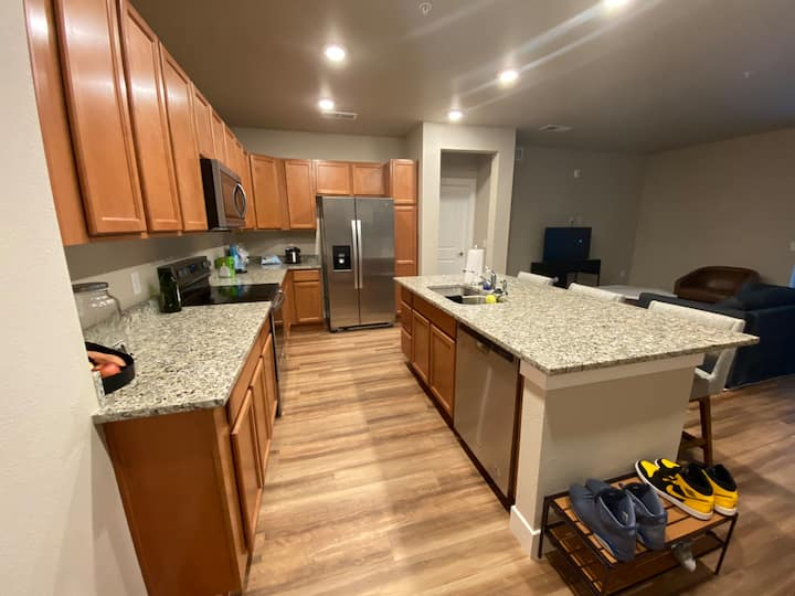 Entire Condo near 15min away from Airport