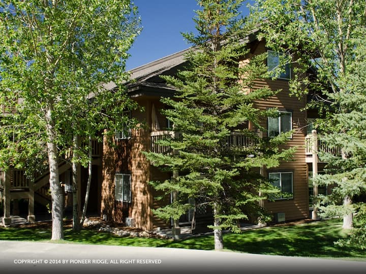 V1421 by Pioneer Ridge: One Car Heated Garage ~ On Site Hot Tub ~   Discount Lift Tickets