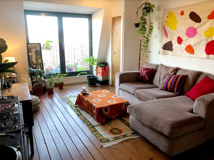 Double room in cozy East London rooftop flat