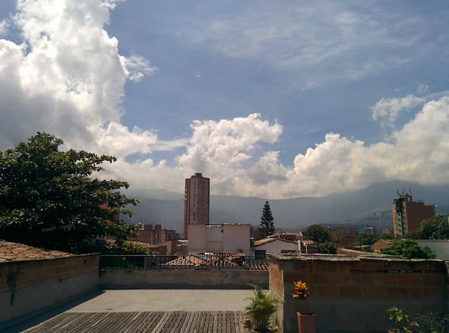 Spacy, sunny apartment in lively Laureles - Medellín - Appartement