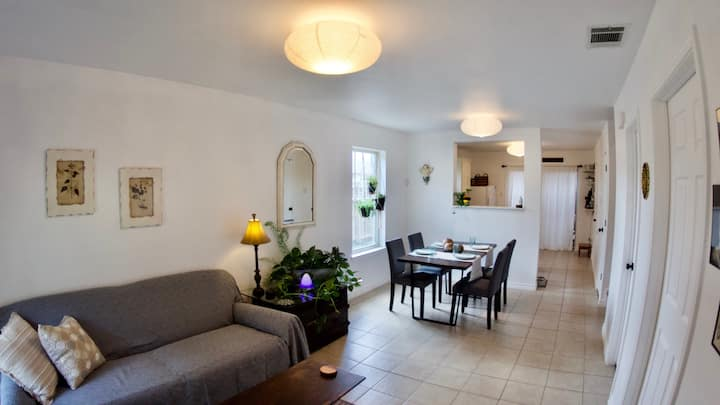 Cozy 3 br Townhome, walk to shops, cafes and park