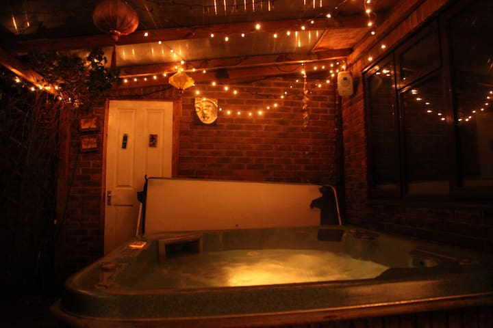 5 bedroom Aylesbury UK Hot Tub